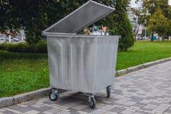 Nieuwe, gegalvaniseerde huisvuilcontainer op wielen en met het deksel ope Royalty-vrije Stock Foto