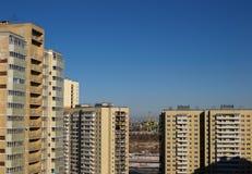 Nieuwe huizen op de achtergrond van de ladingshaven Stock Foto's