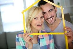 Nieuwe gelukkige bezitseigenaars royalty-vrije stock afbeeldingen