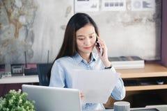 Nieuwe generatie bedrijfsvrouw die smartphone, Aziatische vrouwenworki gebruiken Royalty-vrije Stock Afbeelding
