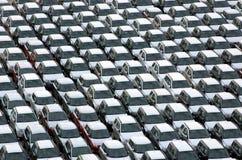 Nieuwe geparkeerde auto's stock afbeeldingen