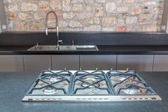 Nieuwe gepaste keuken met gebouwd in gashaardplaat Royalty-vrije Stock Foto