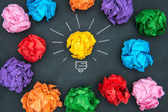 Nieuwe goede ideeën, kleurrijke Document Bal op Bord Stock Afbeelding
