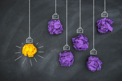 Nieuwe goede ideeën, kleurrijke Document Bal op Bord royalty-vrije stock afbeelding