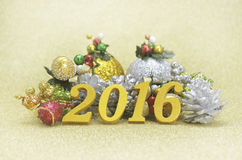 nieuwe het jaardecoratie van 2016 met Kerstmisornament op gouden backgro Stock Afbeeldingen