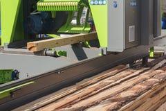Nieuwe houtbewerkingsmachine bij de zaagmolen stock fotografie