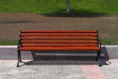Nieuwe houten bank in een stadspark Stock Foto's