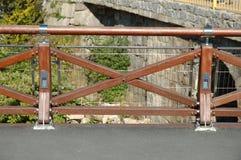 Nieuwe houten barrière op brug Stock Foto