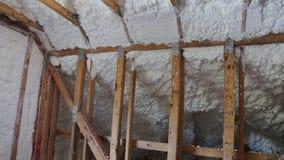 Nieuwe huisbouw met installatie van termal isolatie die bij de zolder installeren stock footage