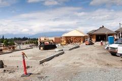 Nieuwe huisbouwwerf met gedeeltelijk gebouwde huizen Royalty-vrije Stock Fotografie
