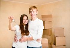 Nieuwe huiseigenaars met sleutel Stock Afbeelding