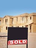 Nieuwe huizen met verkocht teken Royalty-vrije Stock Foto's