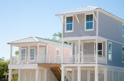 Nieuwe Huizen: Moderne Opgeheven Huizen Stock Afbeelding