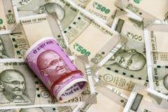 Nieuwe Indische 2000 Roepiesbankbiljetten 500 Roepiebankbiljetten op achtergrond