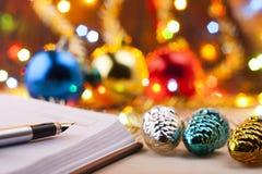 Nieuwe ingangen Aan-maken van aan het nieuwe jaar een lijst Lijst van het winkelen vóór het Nieuwjaar Royalty-vrije Stock Foto