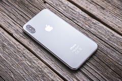 Nieuwe iPhone X 10 op een houten achtergrond, studioschot Stock Foto