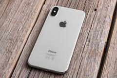 Nieuwe iPhone X 10 op een houten achtergrond, studioschot royalty-vrije stock afbeeldingen