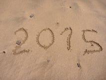 Nieuwe 2015 jaar aantallentekeningen in het zand Royalty-vrije Stock Fotografie