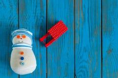 Nieuwe jaar 2016 achtergrond met sneeuwman en rode slee Royalty-vrije Stock Foto's