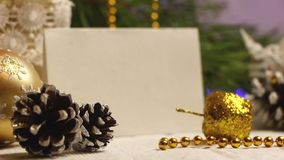 Nieuwe jaar en Kerstmisdecoratie in de vorm van een denneappel opvlammende slinger stock videobeelden