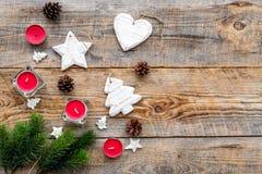 Nieuwe jaar 2018 groet met nette takken en decoratie op houten achtergrond hoogste veiwruimte voor tekst Royalty-vrije Stock Foto's