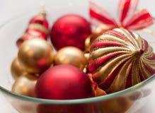 Nieuwe jaar rode en gouden ornamenten in een vaas Stock Afbeeldingen