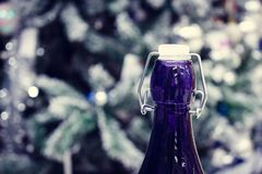 Nieuwe jaar` s champagne Keel met een blauwe flessenkurk stock foto's