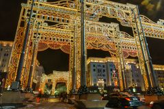 Nieuwe jaar` s vooravond: Beautuful verfraaide en verlichtte de stad van Moskou, Rusland stock afbeelding