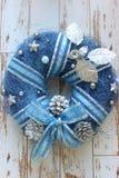Nieuwe jaarachtergrond, Kerstmisachtergrond Decoratieve Kerstmiskroon van blauwe kleur op de houten geweven oude deur van wit stock afbeeldingen
