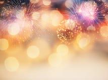 nieuwe jaarachtergrond met vuurwerk en vakantielichten Royalty-vrije Stock Foto