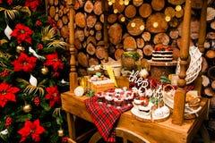 Nieuwe jaarboom en cakes Stock Fotografie