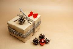 Nieuwe jaargift bij ecostijl met gemaakte bellenhand - Royalty-vrije Stock Foto's