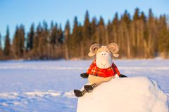 Nieuwe jaarkaart met schapen een symbool van 2015 op sneeuw Stock Afbeeldingen