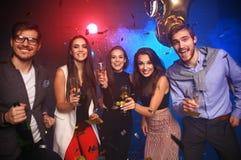 Nieuwe jaarpartij, vakantie, viering, nachtleven en mensenconcept - Jongeren die pret hebben die bij een partij dansen stock afbeelding