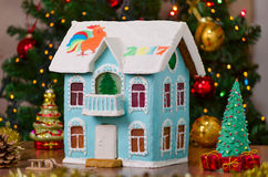 Nieuwe jaarpeperkoek twee verhaalhuis met eigengemaakt balkon, cristmasboom en bokeh Stock Foto's