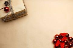 Nieuwe jaarprentbriefkaar met gift bij ecostijl en rode bellen Stock Foto's