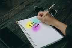 Nieuwe jaarresolutie 2019 brief van vrouwenhand schrijft in notitieboekje neer royalty-vrije stock afbeeldingen