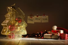 Nieuwe jaarsamenstelling De gouden doos in de vorm van het Kerstboomhoogtepunt van ballen die dichtbij verpakt leggen stelt voor  Royalty-vrije Stock Afbeelding