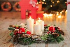 Nieuwe jaarsamenstelling Vakantiedecoratie en brandende kaarsen Stock Afbeelding