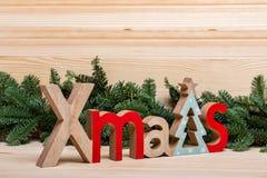 Nieuwe jaaruitnodiging Kerstman Klaus, hemel, vorst, zak De stad van het nieuwjaar, huizen, houten brievenkerstmis stock afbeeldingen