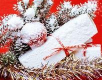 Nieuwe jaarviering, het materiaal van de Kerstmisvakantie, boom, speelgoed, decoratie met sneeuw, santas rode hoed Royalty-vrije Stock Afbeelding