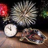 Nieuwe jaarvieringen met vuurwerk stock afbeeldingen