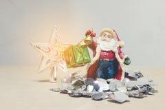 Nieuwe jaren en van de Kerstmisgift van Kerstmisdeco de doos en Santa Claus Royalty-vrije Stock Foto's