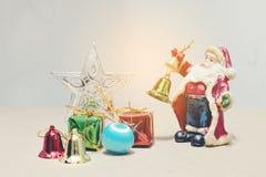 Nieuwe jaren en van de Kerstmisgift van Kerstmisdeco de doos en Santa Claus Stock Foto's