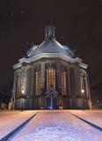 Nieuwe Kerk Den Haag dat in sneeuw bij nacht wordt behandeld, terwijl het sneeuwen Stock Foto