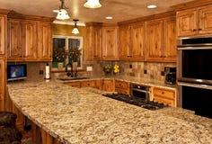 Nieuwe keuken met centrumeiland stock foto's