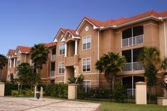Nieuwe kleurrijke flatgebouwen met koopflats Stock Afbeelding