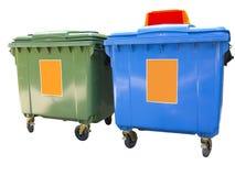 Nieuwe kleurrijke plastic die huisvuilcontainers over wit worden geïsoleerd Stock Afbeelding