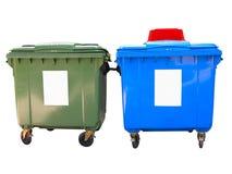 Nieuwe kleurrijke plastic die huisvuilcontainers over wit worden geïsoleerd Stock Foto's