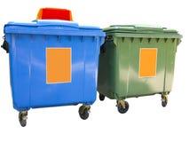 Nieuwe kleurrijke plastic huisvuilcontainers die over wit worden geïsoleerd Royalty-vrije Stock Fotografie